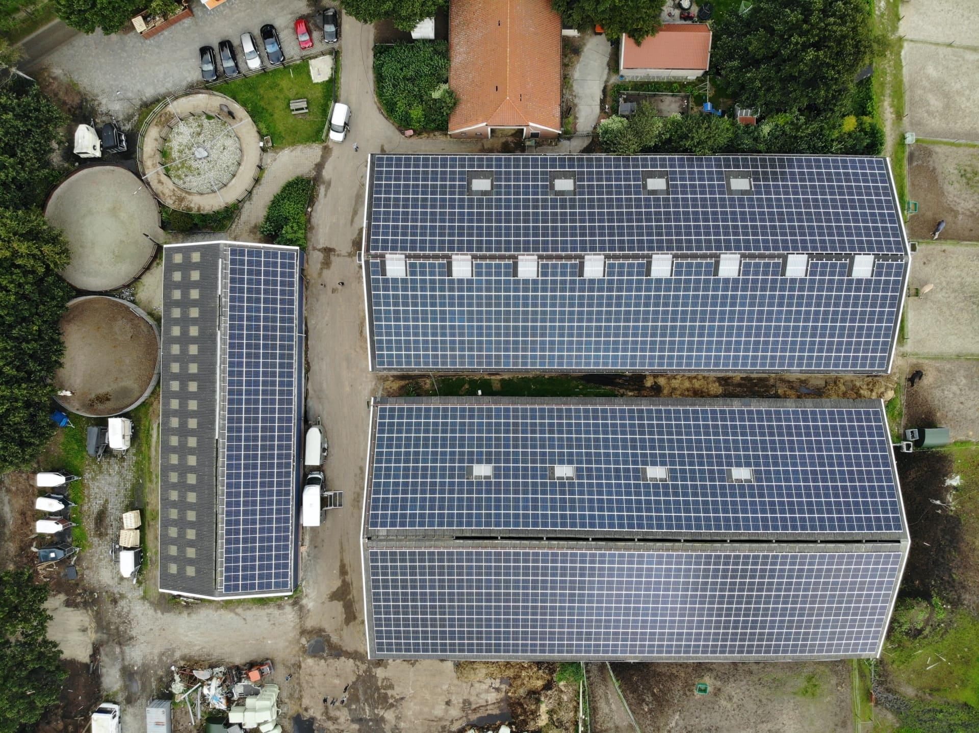 Dakhuur zonnepanelen leggen